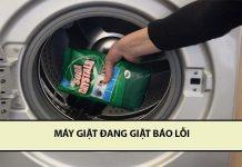 máy giặt đang giặt báo lỗi